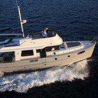 Яхта Beneteau Swift Trawler 44 - серый корпус