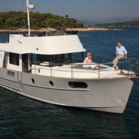 Яхта Beneteau Swift Trawler 44 - на якоре