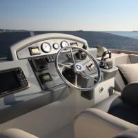 Яхта Beneteau Swift Trawler 50 - пост управления на флайбридже