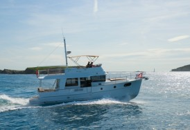 Яхта Beneteau Swift Trawler 44 на воде